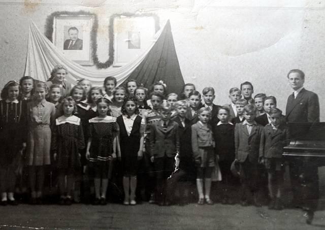 Vladimír Antoš (zcela vpravo) pořádal v Železné Rudě se svými žáky hudební koncerty