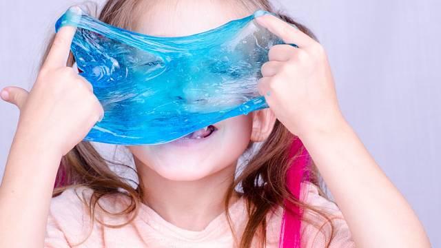 Děti hraní si se slizem uklidňuje