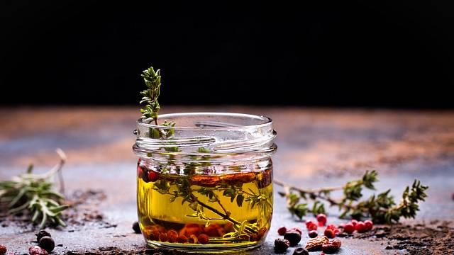 Bylinkami můžete ochutit olivový olej