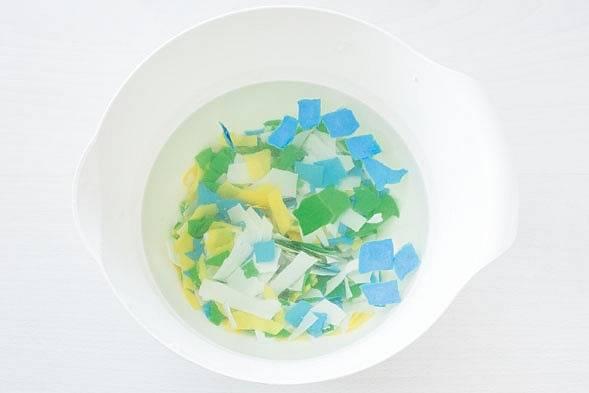 Základ hmoty jsou natrhané různobarevné kousky papíru.