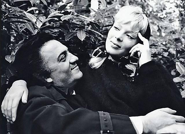 Zlomem v kariéře pro ni bylo angažmá ve Felliniho filmu Sladký život. Pak šla z role do role. Na snímku se slavným režisérem.