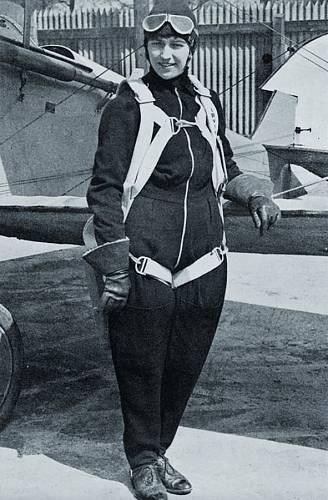 Amy jako první žena na světě přeletěla v roce 1930 z Británie do Austrálie.