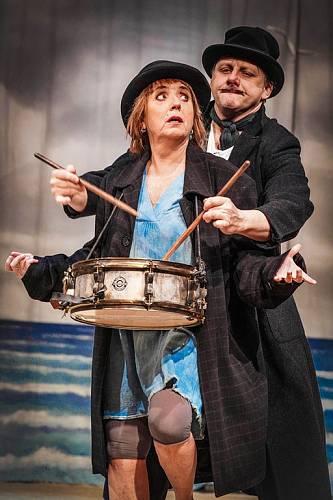 V Divadle Kalich jako Gelsomina v legendární Silnici. Na snímku je s manželem Radkem Holubem, který hraje Zampana.