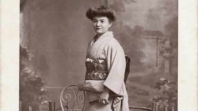 V Tokiu v roce 1918. Přejala japonské zvyky, nosila kimono i účes.