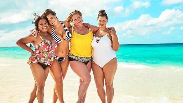 Modelka Ashley Graham (druhá vlevo) se za své křivky nestydí