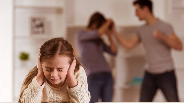Manželových arogantních výstupů byla často svědkem i malá dcerka