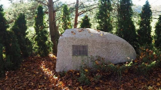 Ferdinand Korbel marně žádal, aby byl na místě vraždy zřízen památník. Sám proto přivezl tunový kámen, na který instaloval tabulku se jmény popravených