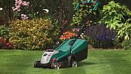 Pokud máte trávník větší než pár dlaní, možná se vám bude hodit elektrická sekačka.