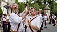 """Jarní rituální tanec """"morris dance"""" doplňují zvuky zvonečků na oblečení."""