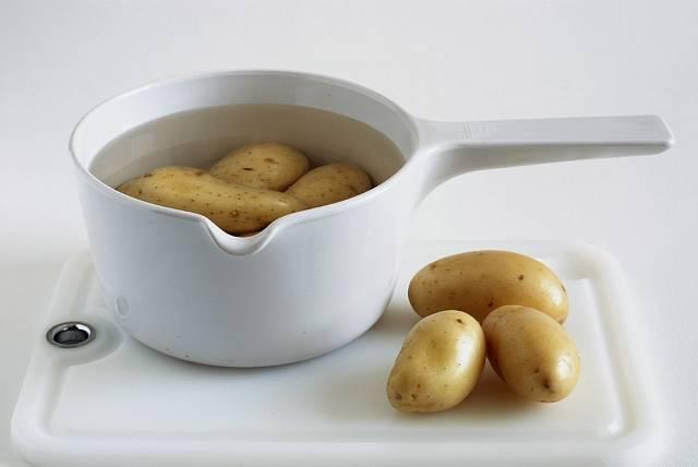 Po uvaření brambor je škoda vodu jen tak vylít.