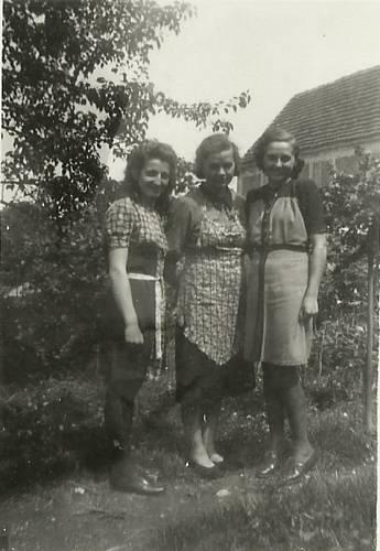 Milada (vpravo) v Lidicích se svými kamarádkami