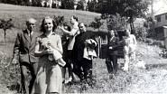 Umělecká společnost v Železné Rudě v euforickém období brzy po válce, zcela vlevo Jiří Mucha, v popředí jeho anglická manželka Geraldine
