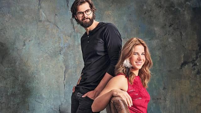 S bratrem Jonášem, který je výtvarník a sestře navrhuje design kombinéz.