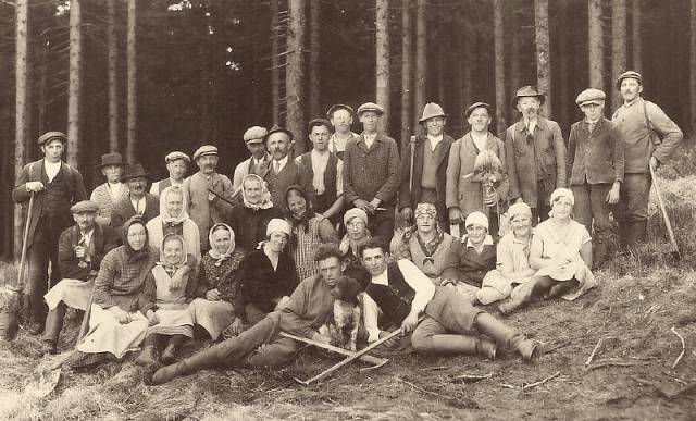 Práce v lese byla hlavní obživou původních německých obyvatel Neratova.