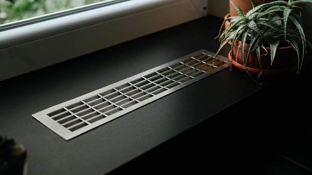 V případě, že je z nějakého důvodu nezbytné přímo obednění radiátorů, vždy je nutné vytvořit průduchy zakryté větrací mřížkou, aby byla zajištěna alespoň částečná cirkulace teplého vzduchu.