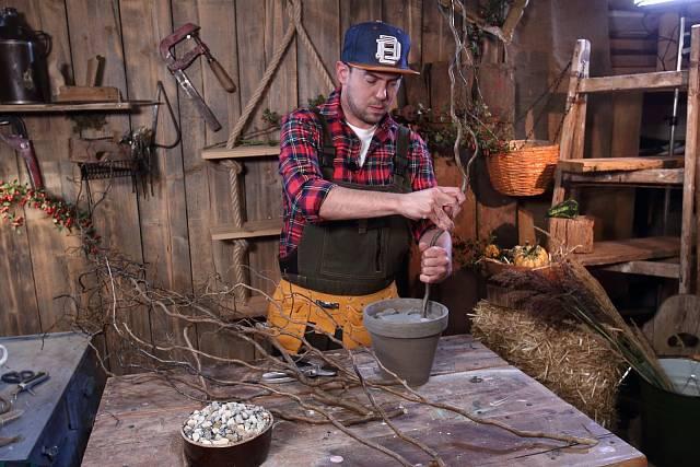 Do aranžovací hmoty zapíchejte vrbové větvičky.
