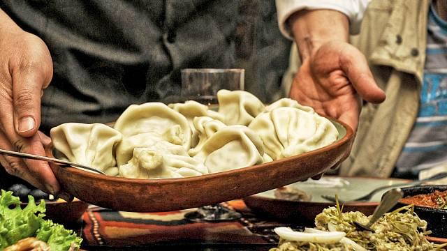 Ochutnat musíte plněné knedlíčky chinkalli, nebo placky chačapuri z kynutého těsta, plněné sýrem. Pozvání na večeři neodmítejte!