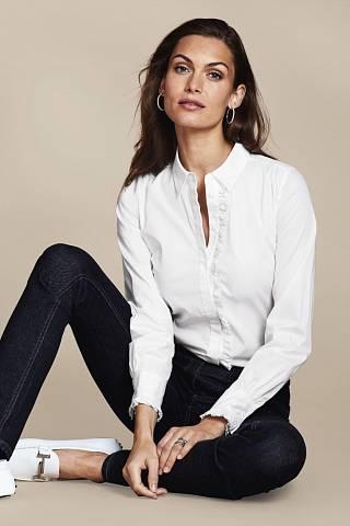 Bílá košile a tmavě modré džíny. Jak prosté