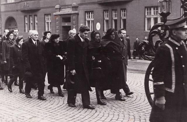 Pohřeb tatínka Václava Fialy v lednu 1948, za vozem v první řadě zleva manžel Josef Hochhäuser, Eva Hochhäuserová, maminka Marie Fialová, bratr Václav Fiala