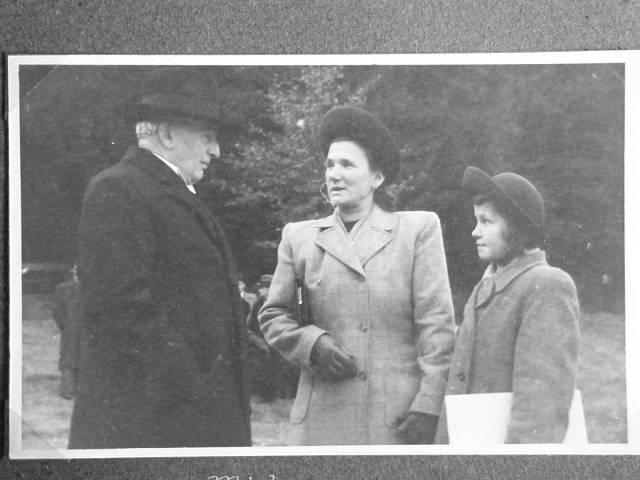 Věra Čepelová na snímku z roku 1946 s maminkou