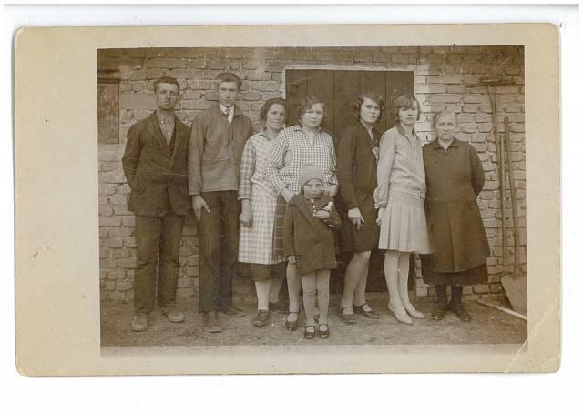 Fotografie ze starých Lidic paní Cábová je dítě v předu