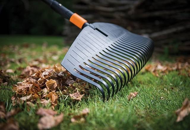 Zbytky loňského listí s pevnými hráběmi rychle zmizí.