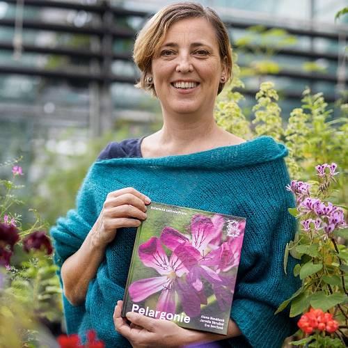Jarmila Skružná je kurátorkou pražské botanické a spoluautorkou nové knihy Pelargonie.