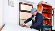 2. Pan Jiří Danzinger při práci v rodinné modrotiskové dílně v Olešnici na Moravě potiskuje látku pomocí formy.