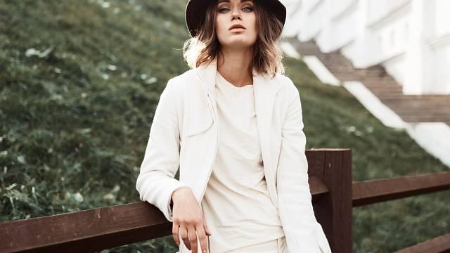 Bílá je barva jara a léta. Jak ji nosit?
