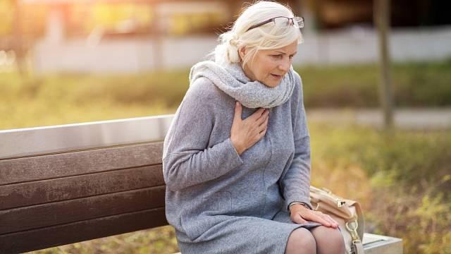 Mezi příznaky, na které je třeba si dát pozor, patří i dušnost
