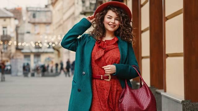 Šaty klidně kombinujte s pohodlnými botami, na kramfleky se v zimě klidně vykašletee