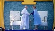 Zuzana Čaputová při setkání s papežem Františkem okouzlila originální pelerínou