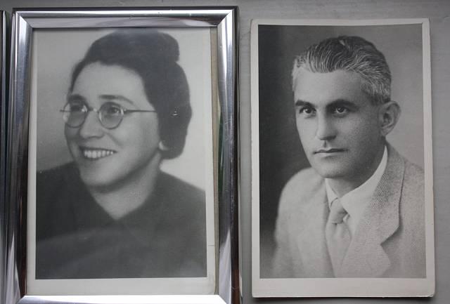 fotografie rodičů, kteří zahynuli