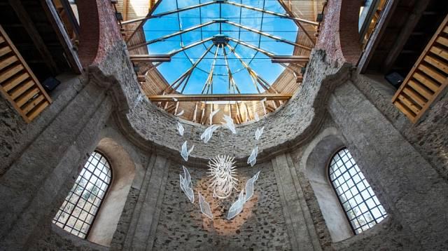 Prosklená střecha kostela Nanebevzetí Panny Marie návštěvníky ohromuje svou krásou.