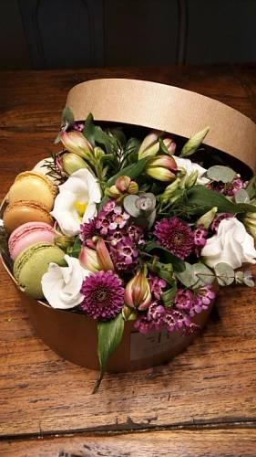To je ale lákadlo, co? Ke květinové vazbě ještě makronky dává ateliér Rosmarino.