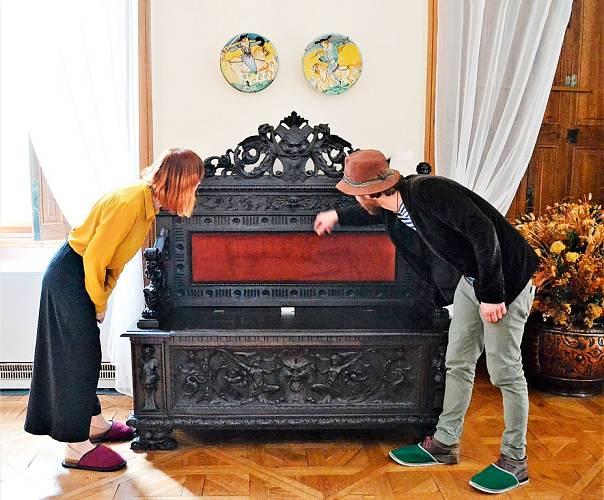 Klaudia a Dominik obhlížejí lavici, kterou společně restaurovali v roce 2013.