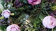 Věnec z látkových pivoněk a růží s vřesem a tújí, Ladies & Flowers, 590 Kč
