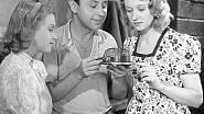 Nataša Gollová v komedii Příklady táhnou z roku 1939, v níž naučí babičku Růženu Naskovou trampovat a opékat buřty.