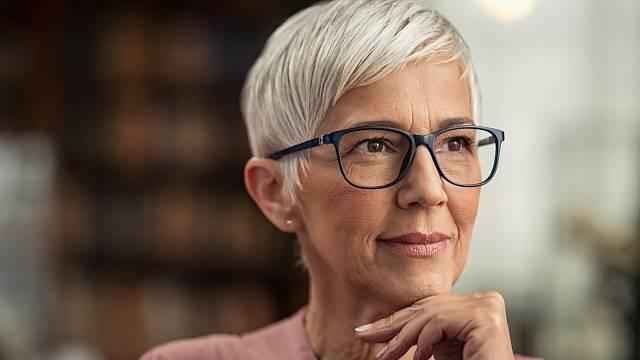 Musela jste si po čtyřicítce zvyknout na brýle? Teď se ještě naučit o ně pečovat!