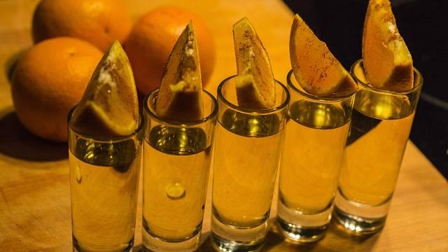 Becherovka se v posledních letech nově podávala podobně jako jiné destiláty i s pomerančem.