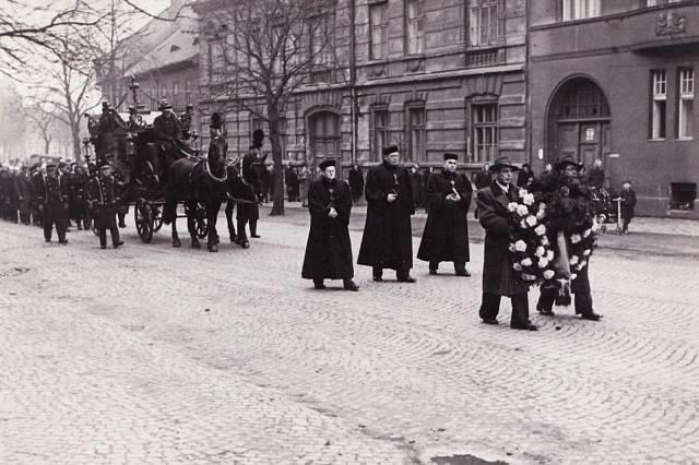 Pohřeb Václava Fialy v lednu 1948, představitelé Církve československé husitské