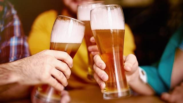 Všichni potřebujeme přátele, ale časté návštěvy restaurace spíše hrozí alkoholismem