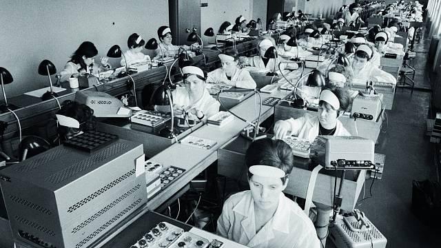 V národním podniku Chronotechna v Novém Městě nad Metují vyrábějí hodinky značky Prim ve více než 100 druzích (1968).