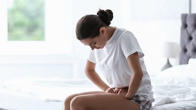 Menstruační bolesti trápí zejména mladé ženy, PMS se zase s věkem zhoršuje