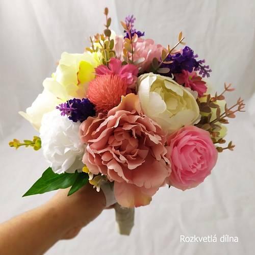 Tuhle neodkvétající krásu z uměýlch květin složila Jana Čechová, kterou najdete na Fleru pod značkou Rozkvetlá dílna.