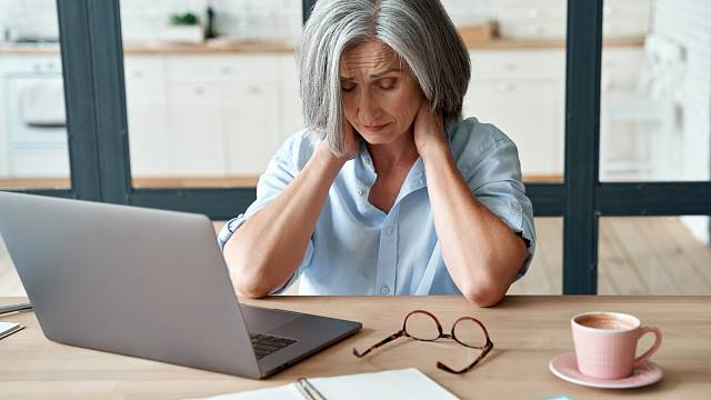 Stres může být příčinou přetížení žvýkacích svalů a blokády čelistního kloubu. Z toho pak bolí hlava