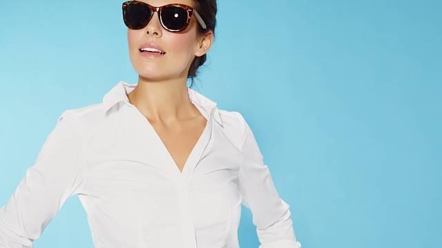 Bílou košili si kupte z nemačkavého materiálu, jinak vás pravidelné žehlení od jejího nošení odradí