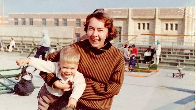 Mark s maminkou Olgou, která nesla emigraci velmi těžce, šťastná byla snad jen, když byl její syn malý, zažili spolu spoustu dobrých chvil.