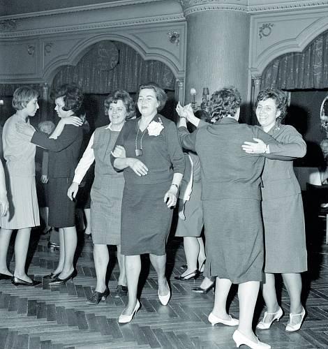 Oslavy pracovnic Domu módního odívání Darex v Praze v roce 1966.