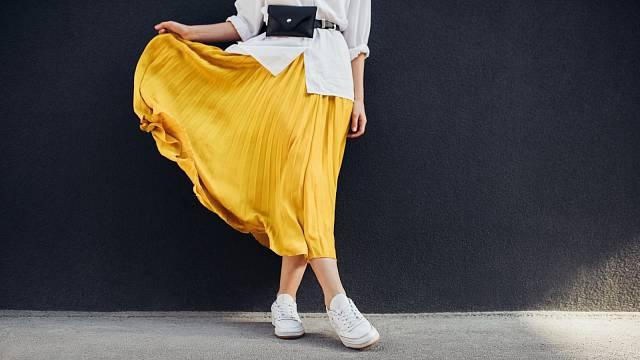 Skládaná sukně zdaleka nesluší jen štíhlým ženám